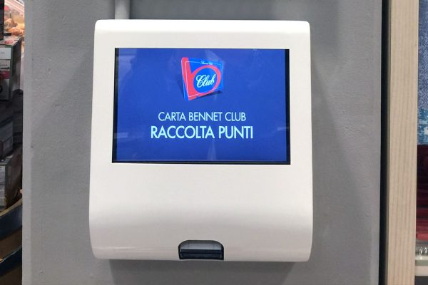 Nicolis Project | in-store digital communication totem-touch-screen-1-600x400 Le etichette elettroniche interattive all'ipermercato Bennet nel centro commerciale Mondojuve