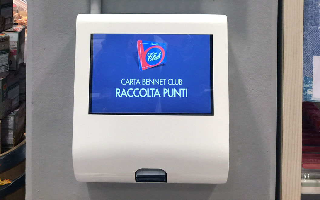 Nicolis Project | in-store digital communication totem-touch-screen-1 Le etichette elettroniche interattive all'ipermercato Bennet nel centro commerciale Mondojuve