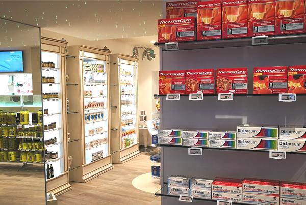 Nicolis Project | in-store digital communication etichette-elettroniche-ingresso-farmacia Ad Ariano Arpino le etichette elettroniche migliorano l'aspetto e l'operatività della Farmacia del Tricolle